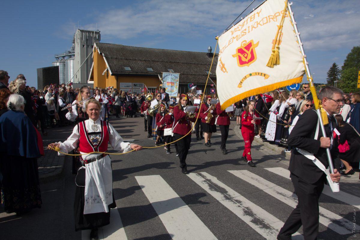 17.mai tog. Vestby Skolemusikkorps med mølla i bakgrunnen